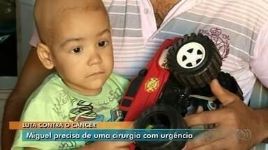 Família luta há 9 meses para fazer tratamento de bebê de 2 anos com câncer, em Anápolis - Burocracia atrasa procedimento para colocação de um cateter.
