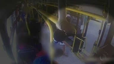 Casos de vandalismo preocupam passageiros de ônibus em Jundiaí - Casos de vandalismo têm chamado a atenção de pessoas que usam o transporte coletivo em Jundiaí (SP). Uma passageira foi agredida depois que chamou a atenção de adolescentes que vandalizavam um ônibus.