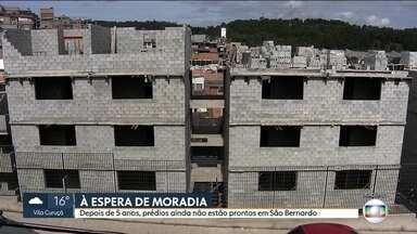 Depois de cinco anos, prédios ainda não estão prontos em São Bernardo - Famílias deixaram terreno onde viviam na esperança da moradia digna e estão tendo que se virar como podem.