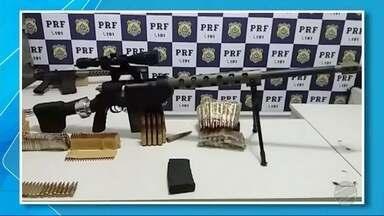 PRF apreende metralhadora em MS - O homem, o carro, as armas e as munições foram encaminhados à Polícia Federal de Três Lagoas.