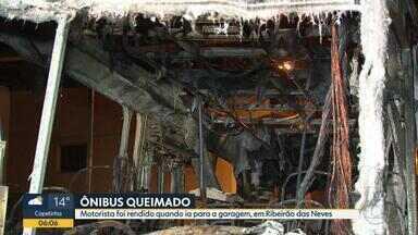 Criminosos colocam fogo em mais ônibus na Grande BH - Motorista foi rendido quando ia para a garagem, em Ribeirão das Neves.