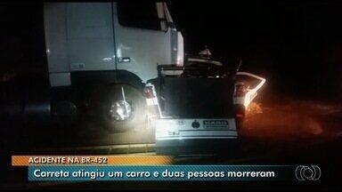 Duas pessoas morrem em acidente na BR-452, em Quirinópolis - PRF disse que carro de uma empresa de Rio Verde estava parado na pista quando uma carreta não conseguiu frear a tempo e arrastou o automóvel por alguns metros.