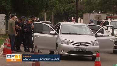 Policial reage a assalto e mata ladrão, em Ceilândia - Um sargento da Polícia Militar, que estava de folga, reagiu a um assalto no começo da manhã, no centro de Ceilândia. Ele foi rendido por dois homens ao lado de uma delegacia e atirou num deles, que morreu na hora. O policial foi baleado na perna e está internado no Hospital de Ceilândia.