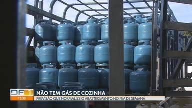 Moradores do DF ainda procuram por gás de cozinha - O abastecimento ainda não se normalizou. A previsão é que isso aconteça só no fim de semana.