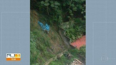 Corpo é arrastado por ribanceira por supostos policiais no Leme - Moradores do Leme registraram o momento em que homens que parecem ser policiais do Bope arrastam um corpo ribanceira abaixo no Morro da Babilônia, na Zona Sul do Rio.
