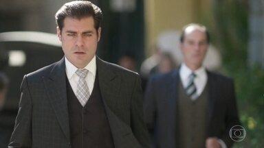 O ator contratado por Susana segue Darcy - Darcy percebe que está sendo seguido e encara o falso detetive