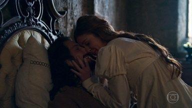 Afonso e Amália trocam juras de amor - Eles ficam felizes por Catarina não estar mais em Montemor