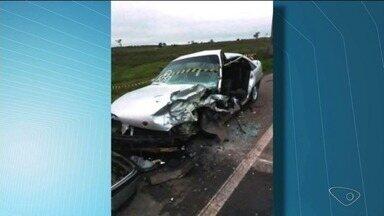 Motoristas ficam feridos em acidente em Linhares, ES - Batida foi por volta das 4h. Os dois veículos ficaram destruídos.