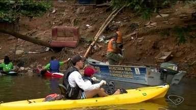 Limpeza é feita no Rio Pequeno, em Linhares, ES - Voluntários percorreram o rio retirando sujeira.