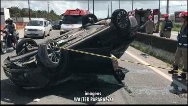 Carro capota na BR-230 após ser 'trancado', na Grande João Pessoa - Uma vítima precisou ser levada para o Hospital de Trauma de João Pessoa.