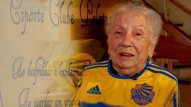 Futebol, poesia e paixão: torcedora de 99 anos do Pelotas esbanja bom humor - Assista ao vídeo.
