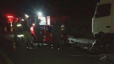 Motorista de carro morre em acidente com carreta na MG-335 - Motorista de carro morre em acidente com carreta na MG-335
