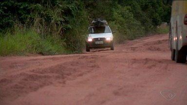 Moradores reclamam das péssimas condições de estrada no interior de Linhares, ES - Segundo eles, há buracos por toda parte.