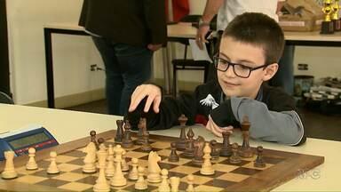Biblioteca pública de Londrina recebe campeonato de xadrez no fim de semana - Os jogos reúnem competidores de todas as idades. As competições vão até este domingo (10).