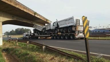 Caminhão-cegonha é retirado de viaduto após entalar na Rodovia Luiz de Queiroz - Motorista foi multado e levou cinco pontos na carteira.