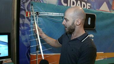 Equipe da RPC explica qual tipo de antena usar para receber sinal digital na TV - Essas e outras dicas no Feirão Digital realizado em Maringá