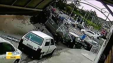 Caminhão bate em oito veículos em Sorocaba - Motorista disse que perdeu o controle da direção. Três pessoas ficaram feridas.
