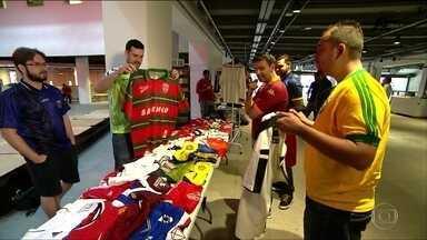 Encontro de colecionadores de camisas de futebol estimula a troca de peças raras - Evento neste domingo colocou em contato colecionadores e entusiastas na semana da Copa