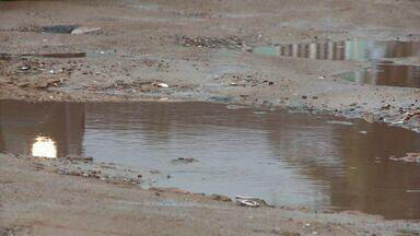 Falta de pavimentação prejudica moradores no Santos Dumont - Moradores cobram uma solução.