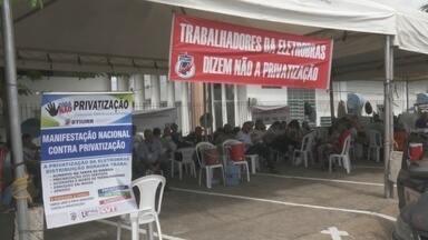 Servidores da Eletrobras em Roraima fazem protesto contra privatização - Com privatização, trabalhadores temem demissão em massa, aumento da conta de energia, entre outros fatores.