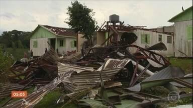 Temporal que atingiu 24 cidades do RS deixa pelo menos dois mortos - Ventos de mais de 100 km/h destruíram cerca de duas mil casas. Em Santa Catarina, os estragos foram causados pela chuva de granizo. Várias casas na região do Vale do Itajaí ficaram destruídas.