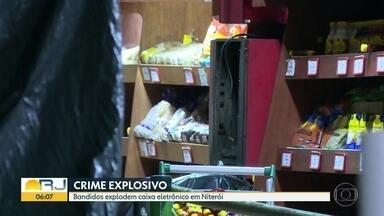 Bandidos explodem caixa eletrônico em Niterói - Os criminosos explodiram um caixa que fica dentro de um sacolão na Avenida Visconde do Rio Branco, no centro da cidade. Os bandidos entraram pelo telhado.
