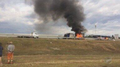 Carro pega fogo na Rodovia Campinas-Monte Mor, no trecho de Campinas - Incidente ocorreu na pista sentido Capivari (SP). O veículo ficou no acostamento e a faixa da direita foi bloqueada para o trabalho dos bombeiros. Ninguém ficou ferido.