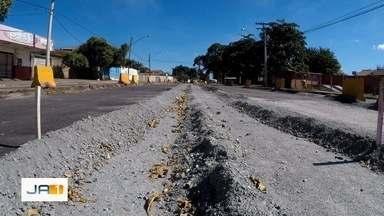 Moradores alegam que funcionários da obra do BRT não trabalham todos os dias, em Goiânia - Obra do corredor exclusivo de ônibus foi retomada neste ano.
