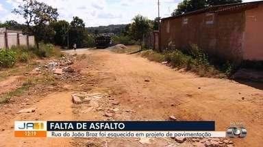Moradores cobram asfalto no Setor João Braz, em Goiânia - A Secretaria de Infraestrutura disse que o bairro está dentro do cronograma da obras do município.
