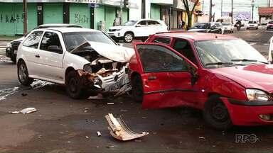 Uma pessoa fica ferida em acidente na avenida Brasil - Em um dos carros havia duas crianças