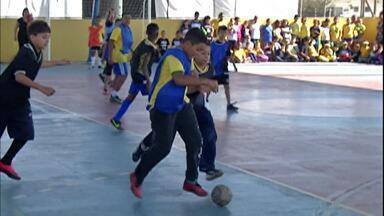 """Escola de Mogi das Cruzes promove """"mini-Copa do Mundo"""" entre alunos - No primeiro jogo, Argentina venceu a Alemanha por 10 a 0."""