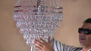 Homem depois de perder a visão aprende a fabricar lustres impressionantes - Com ajuda da irmã e da mulher ele superou a perda da visão.