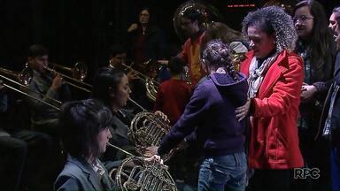 Banda Lyra dos Campos faz apresentação sensorial para surdos em Ponta Grossa - O Concerto Didático para Surdos apresenta os instrumentos e as funções de cada músico que integra a banda.