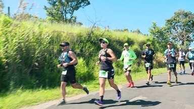 Brasileiros contam suas motivações para correr - Grupo de mulheres encontra na corrida uma chance de transformação. Pai e filha correm ultramaratona, com percurso de 217 quilômetros.