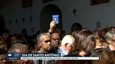 No dia de Santo Antônio, milhares de fiéis passam pelo convento no Centro do Rio - Santo casamenteiro recebeu os mais variados pedidos e agradecimentos