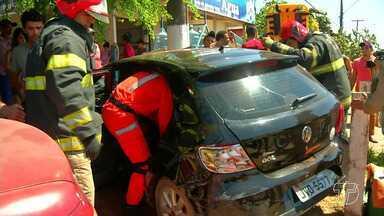 Carros se chocam em cruzamento e duas pessoas ficam feridas em Santarém - Acidente aconteceu na esquina da avenida Altamira com a travessa Rosa Passos, no bairro Santíssimo.