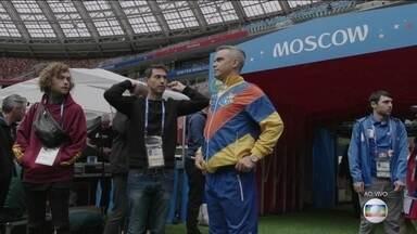 Está tudo pronto para a cerimônia de abertura da Copa do Mundo da Rússia - A segurança foi reforçada no entorno do estádio Lujniki, em Moscou. O cantor inglês Robbie Williams já ensaiou no campo. Ronaldo Fenômeno vai participar da festa.