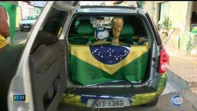 Moradores enfeitam carro para torcer pelo Brasil na Copa do Mundo - Moradores enfeitam carro para torcer pelo Brasil na Copa do Mundo