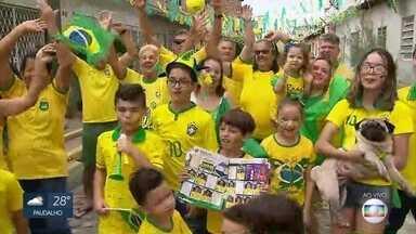 Moradores de rua da Zona Norte do Recife enfeitam rua em homenagem à Copa do Mundo - Rua Brasilândia, no Cordeiro, recebeu decoração verde e amarela preparada pelos moradores.
