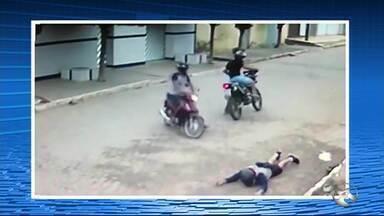 Vídeo flagra assalto em Santa Cruz do Capibaribe - Vítima estava em uma moto quando foi abordada por dois homens.