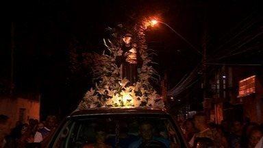 Procissão de Santo Antônio atrái dezenas de fiéis - Muita gente vai para agradecer os milagres alcançados e até pedir um grande amor.