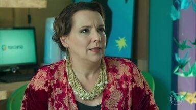 Isadora se culpa pelo estado da filha - Flora avisa que Pérola já está sendo atendida no hospital