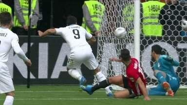 Após cobrança de escanteio, Suárez chuta torto e perde chance incrível, aos 23' do 1ºT - Após cobrança de escanteio, Suárez chuta torto e perde chance incrível, aos 23' do 1ºT.
