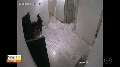 Câmera flagra mulher furtando R$ 5 mil em igreja no Recife - Caso ocorreu na igreja da Madre de Deus, no Bairro do Recife