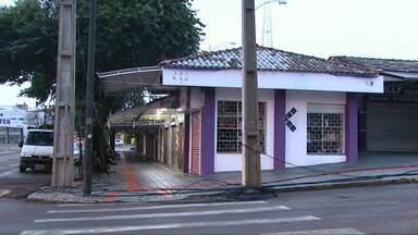 Motorista derruba semáforo na rua Carlos Gomes em Cascavel - Com o acidente alguns moradores da região ficaram sem internet e telefone.