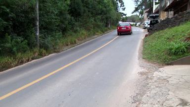 Moradores do bairro Taboão reclamam de rua perigosa - Os moradores contam que os carros passam em alta velocidade.