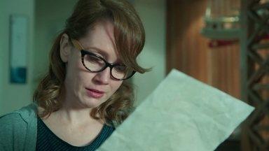 Gabriela se emociona ao ler a antiga carta de Rafael - A professora percebe que não foi abandonada por seu grande amor do passado