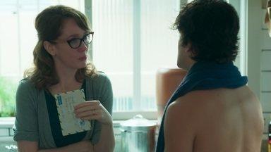 Alex conta a Gabriela onde encontrou a carta de Rafael - Gabriela não consegue se controlar e pede um tempo ao filho para conseguir explicar o motivo de sua reação