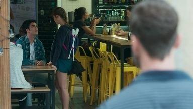 Breno observa Verena no Le Kebek - Verena conversa com os amigos sobre seus treinos para a seletiva e ninguém vê o ex-professor