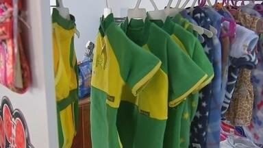 Indústrias de Araçatuba criam estratégias para movimentar economia durante a Copa do Mundo - As indústrias de Araçatuba (SP) criaram estratégias para movimentar a economia da cidade durante a Copa do Mundo, a partir de produção de objetos que remetem à Seleção Brasileira.